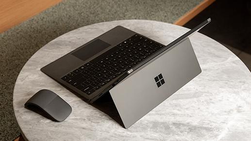 典雅黑 Surface Pro 7 搭配 Surface Arc 鼠标置于小桌上