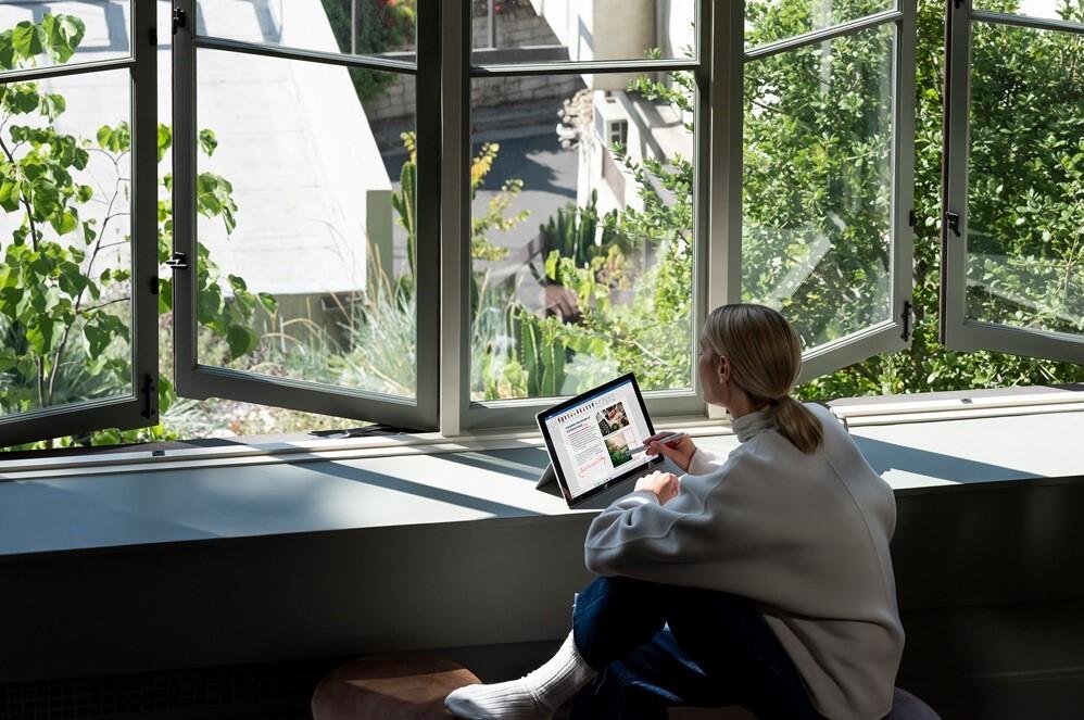 一个人在 Surface Pro 7 PixelSense™ 触控屏上使用 Surface 触控笔做笔记