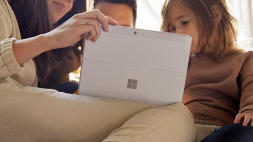 三人观看 Surface 电脑屏幕