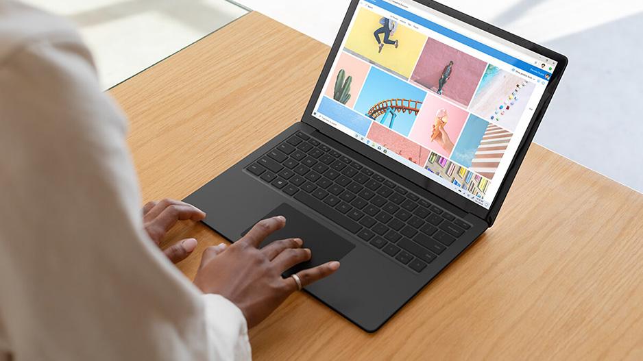 一位女性在 Surface Laptop 3 的大尺寸键盘上打字