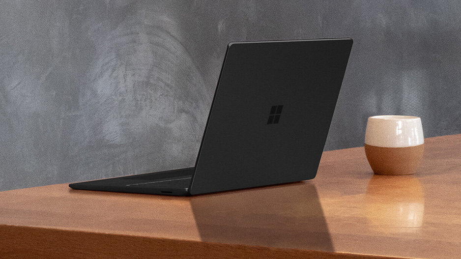 桌子上的典雅黑 15 英寸 Surface Laptop 3