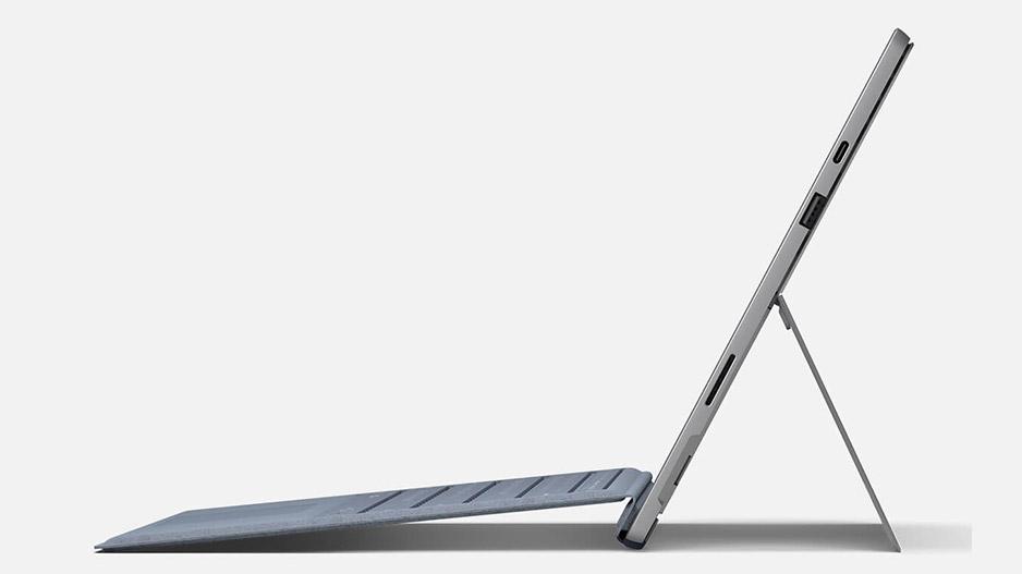 Surface Pro 7 侧面轮廓,附有键盘盖