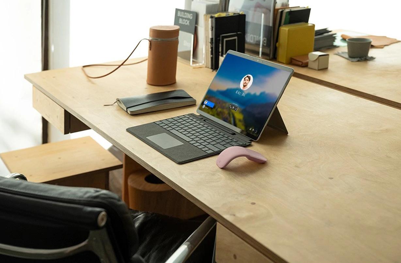 Surface Pro X 放置于桌面上。