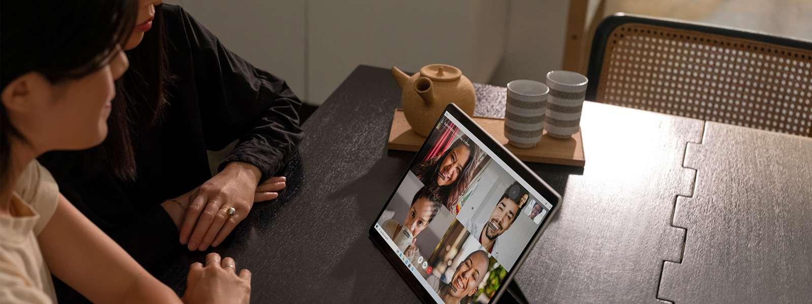 Surface Pro X 上 6 个人在使用Skype