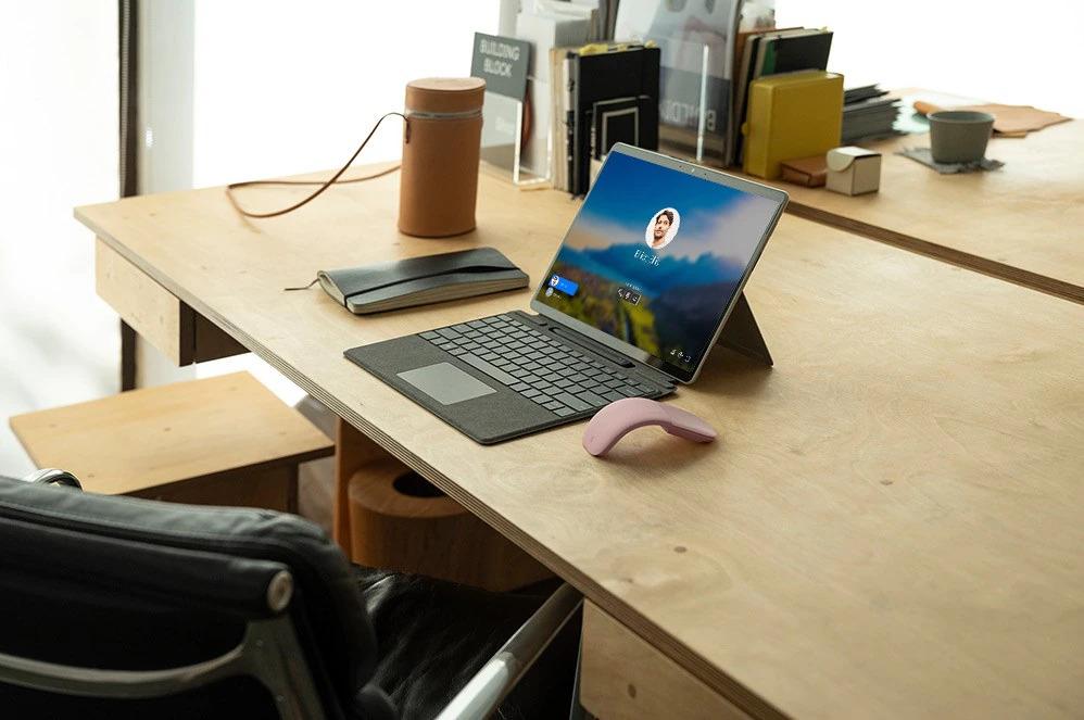 桌子上连接了 Windows 10 屏幕的 Surface Pro X