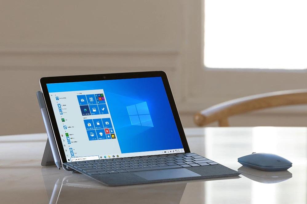 带有移动鼠标的 Surface Go 2 放在桌子上,屏幕上显示着 Windows 10 Gmunk 开始屏幕