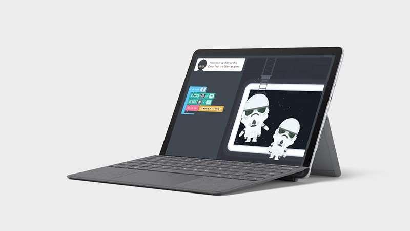 笔记本电脑模式下的 Surface Go 2 带有专业键盘盖,屏幕上显示着 Microsoft Word