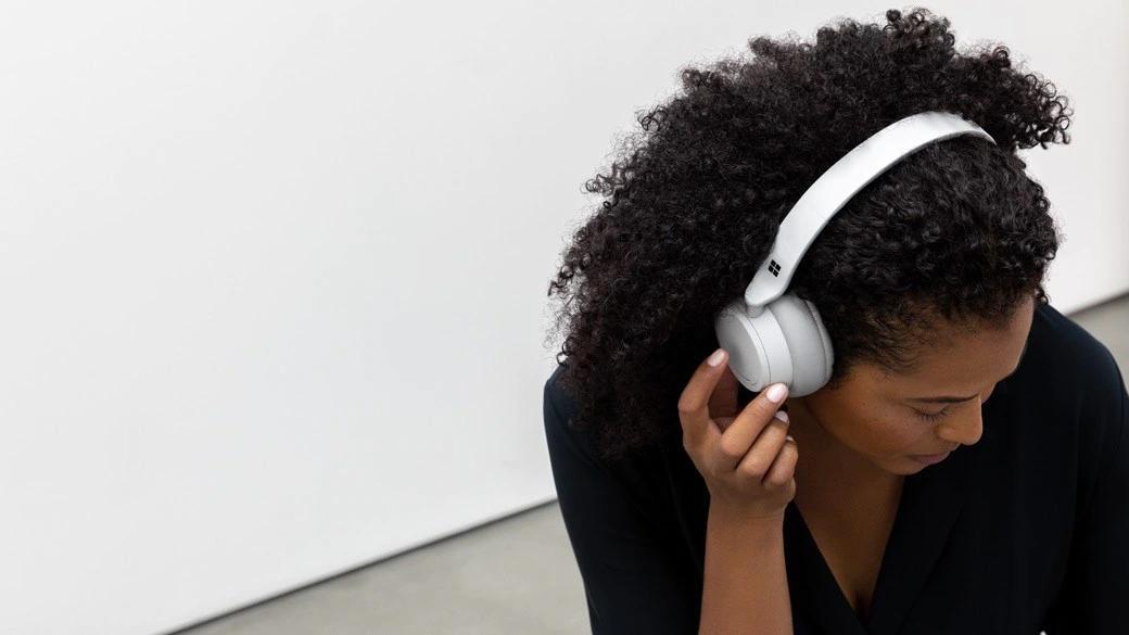 一位女性触控 Surface Headphone 2 右侧
