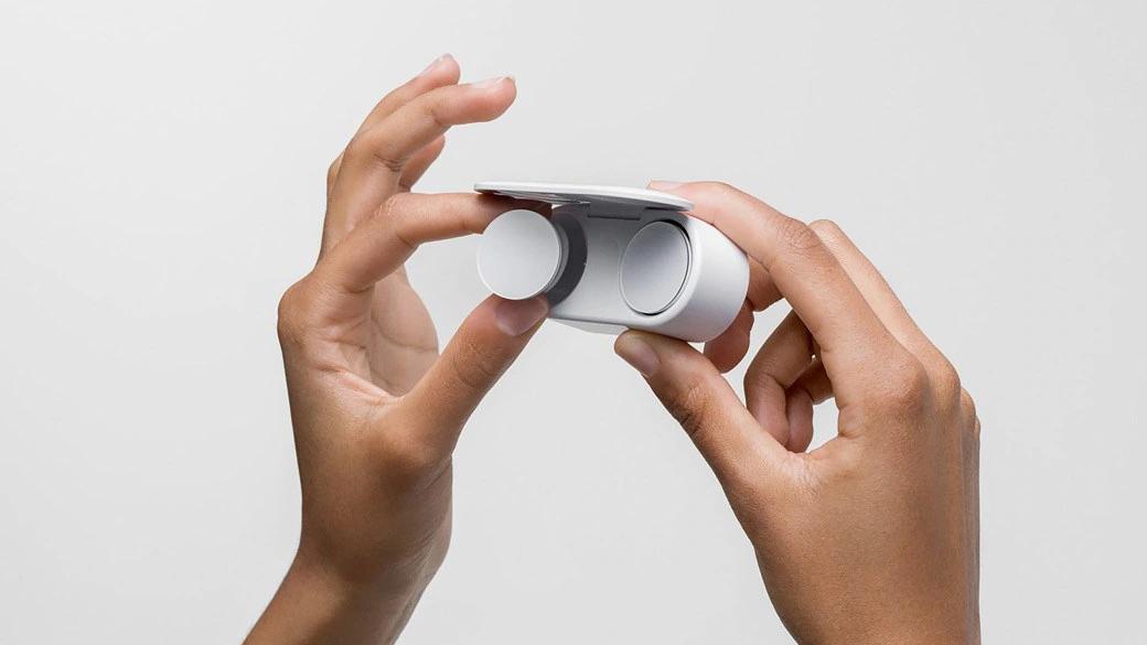 Surface Earbuds 从充电盒中拔出