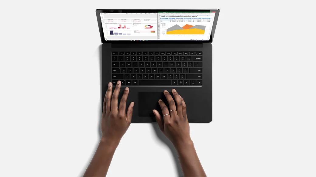 一个人坐着将 Surface Laptop 4 放在腿上使用。