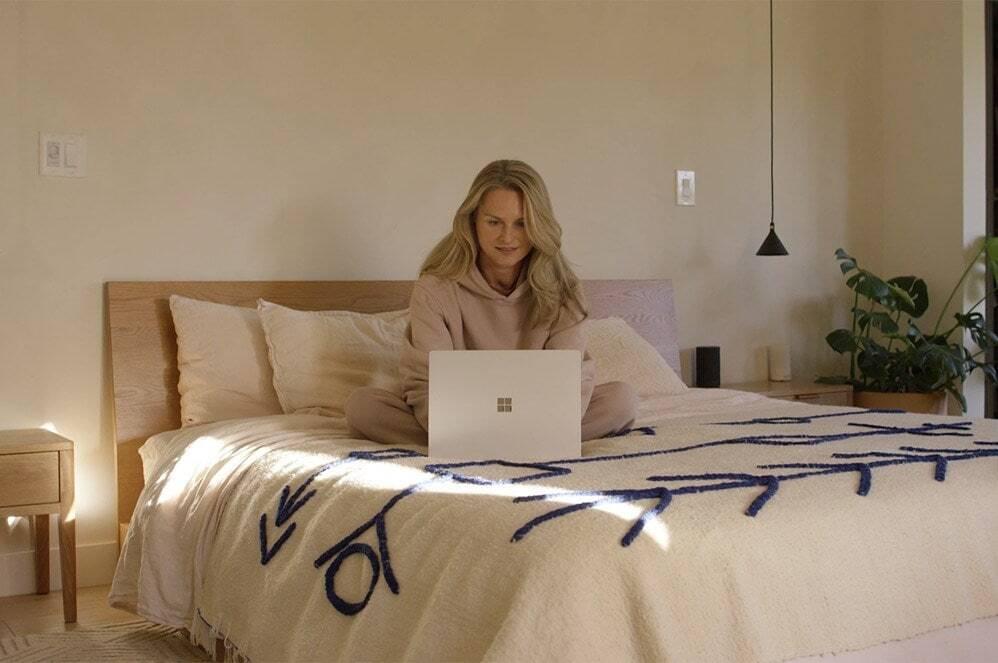 一位用户在 Surface Laptop 4 上打字