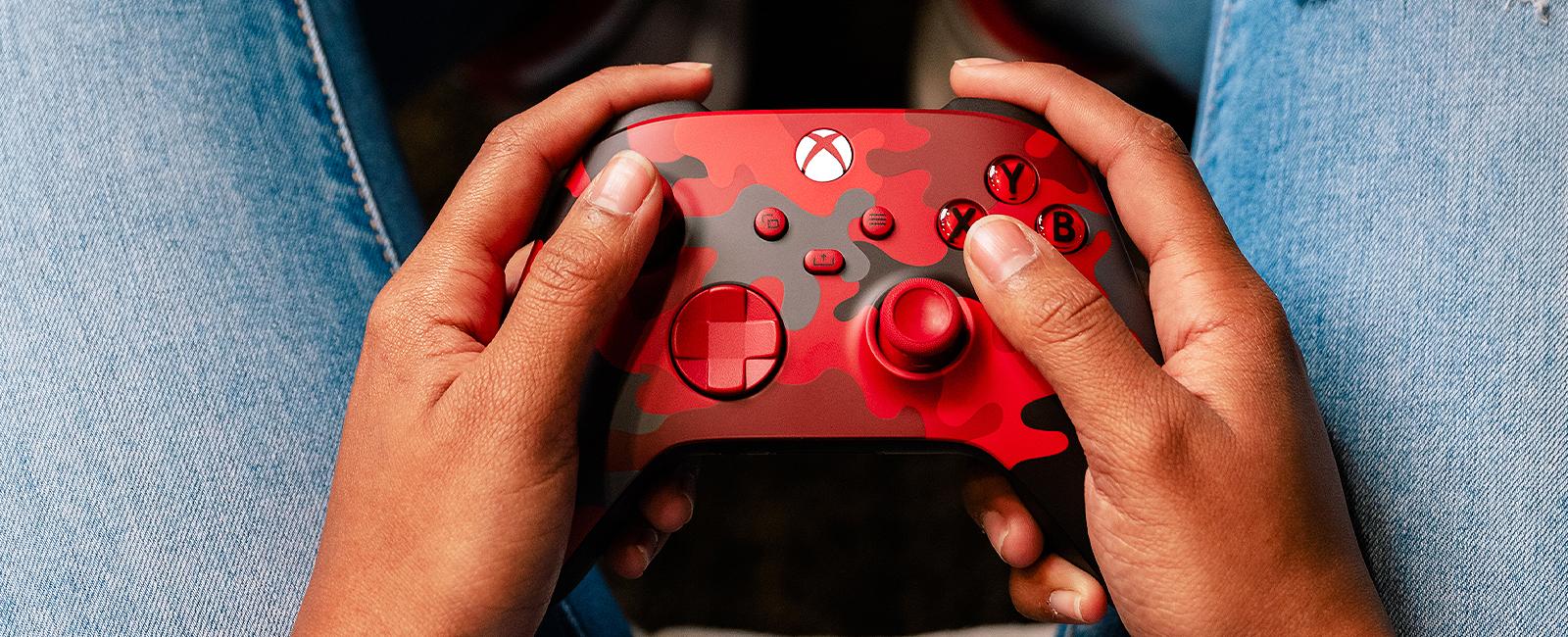 一位用户正在使用破晓行动特别款Xbox无线控制器