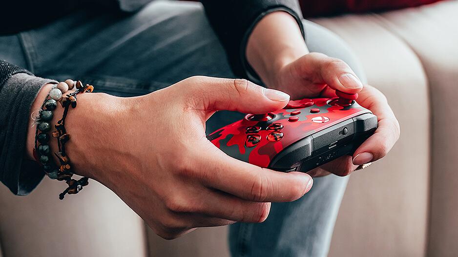 一位用户正在使用Xbox手柄 破晓行动特别款